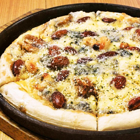 Gorgonzola and honey's iron plate pizza