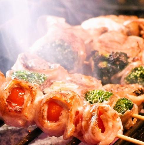 炭火で焼く串物!常時40種類以上ご用意しております!モッツァレラチーズ串、レタス巻き串、アボカドなど新顔も多数♪ヘルシーなのにボリューム満点野菜巻き串・串焼きを楽しめる『炭マル』へ