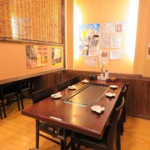 テーブル席には鉄板が常設。目の前で焼くことも楽しみの一つ♪