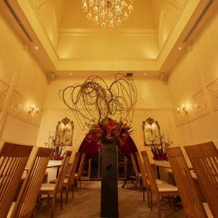 [레스토랑 플로어】 샹들리에 반짝이는 세련된 레스토랑 층은 전세와 웨딩 차회에 딱 맞는 공간입니다.조명도 세세하게 설정할 수 있습니다.