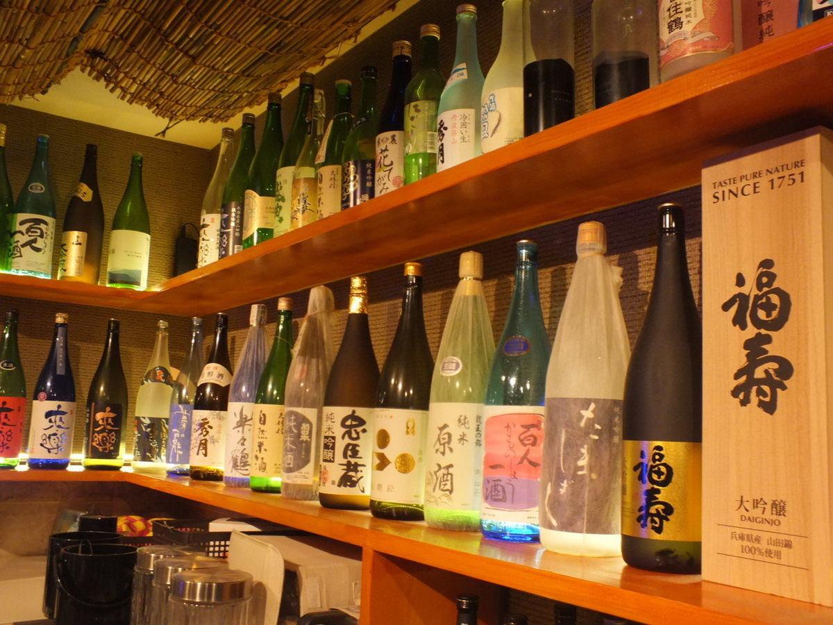 店主の足で集めた日本酒の数々