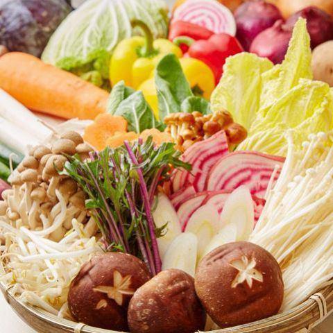 お肉の他にも、野菜や6種類のアイスクリーム・シャーベットも食べ放題!旬の野菜やキノコ類、マロニーなど、ビュッフェスタイルにてお好きなものをお取りできます。もちろんアイスも♪