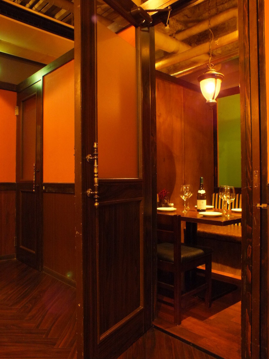 Complete single room with door attached to the girls' party - various banquets