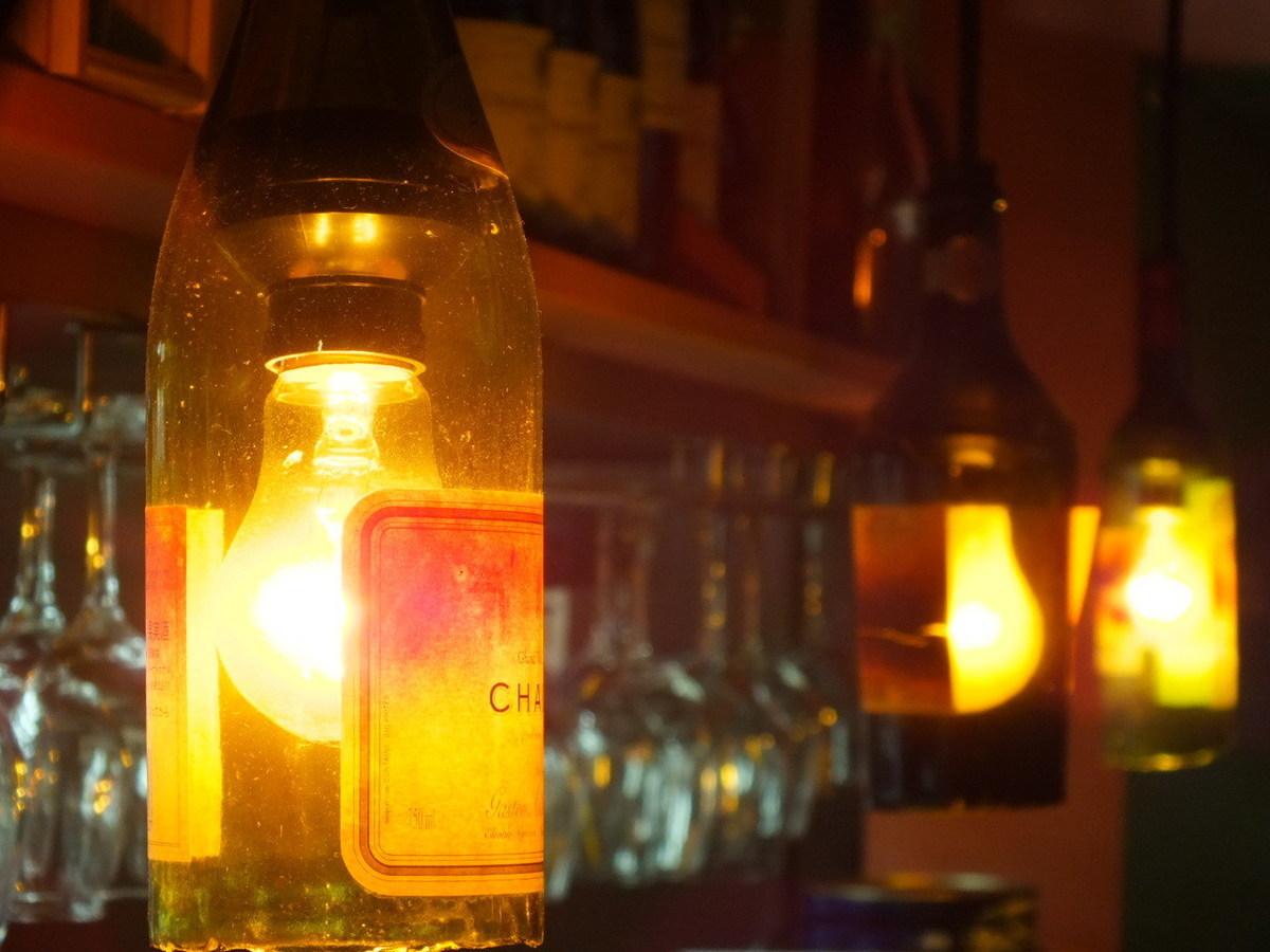 酒店還建議夫婦使用帶酒瓶的花燈