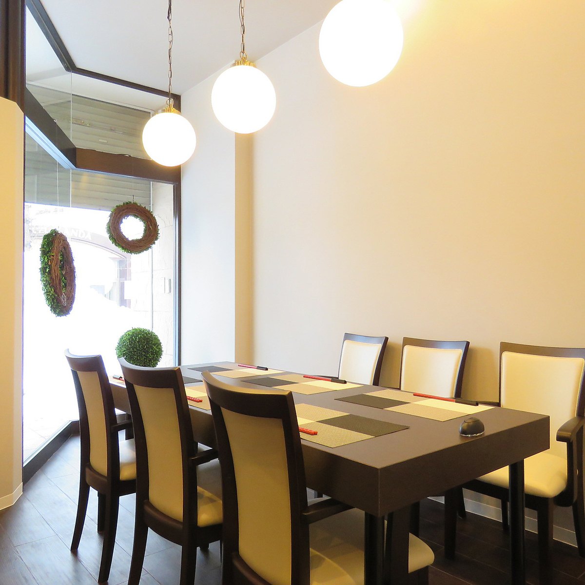 各個室は2名からご利用可能です。天井が吹き抜けの個室空間です。