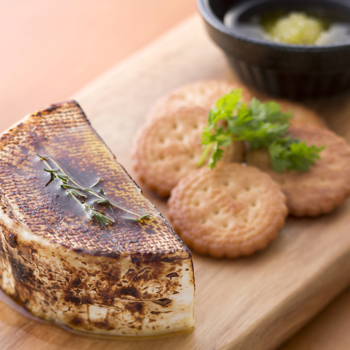 Straw-grilled camembert cheese