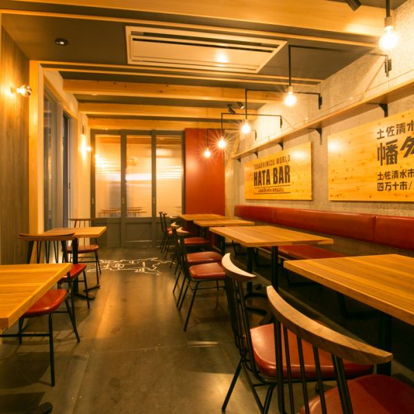 【Private party for 30 ~ 40 people is OK too!】 Please use it in various scenes such as company banquet and drinking party with friends! Natural wood walls and stylish counters, colorful Nantaro Shell's lamp etc. Store atmosphere Batsugun ♪