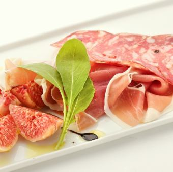 季節の果物とイタリア産生ハム・サラミ盛り合わせ