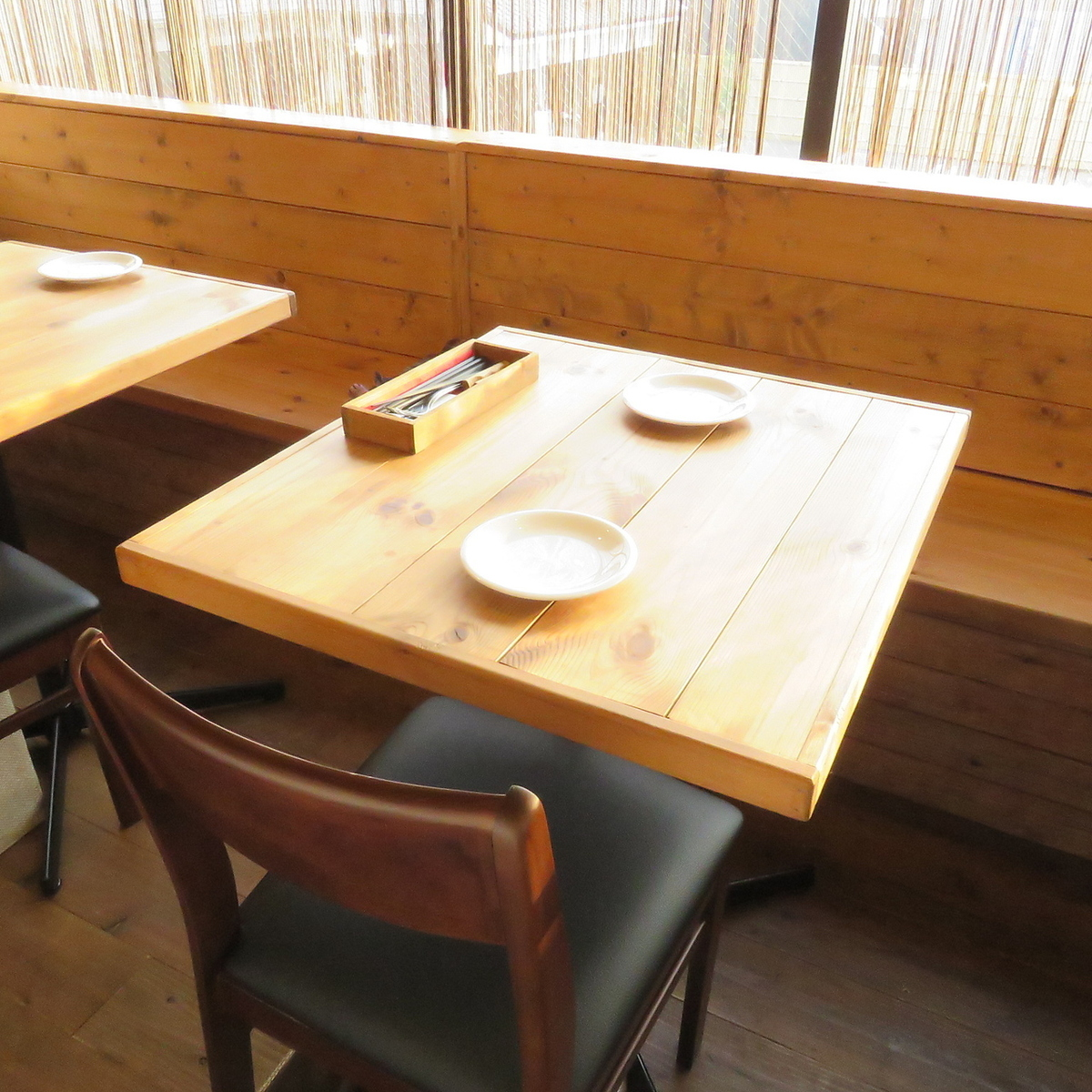 【2 people table】 Table seats with a feeling of release change expressions day and night.It is a table that can be used by a large number of people connecting from two people.
