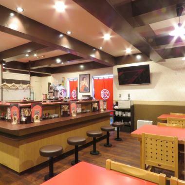 我们店内有柜台和桌椅。请随时访问我们,从饮用饮料到宴会!