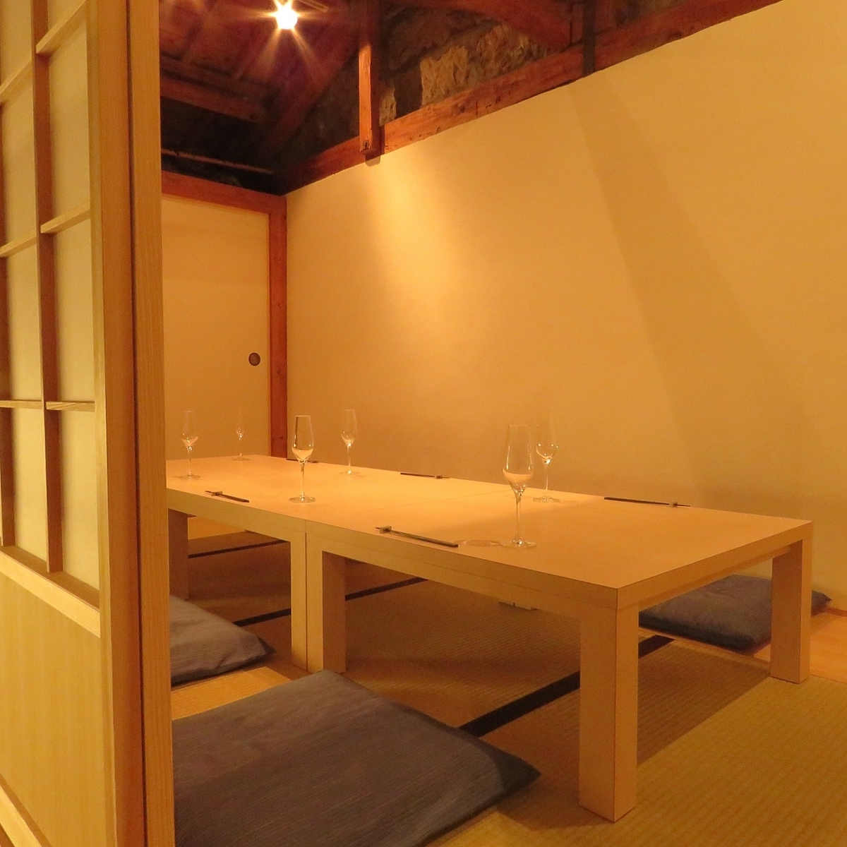 When opening the fusuma there is a private room available for 6 to 8 people.You can enjoy your meal slowly as it is a Tatami mattress.