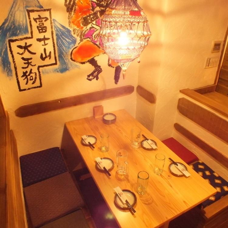桌座位於二樓。桌子上的宴會很寬敞◎