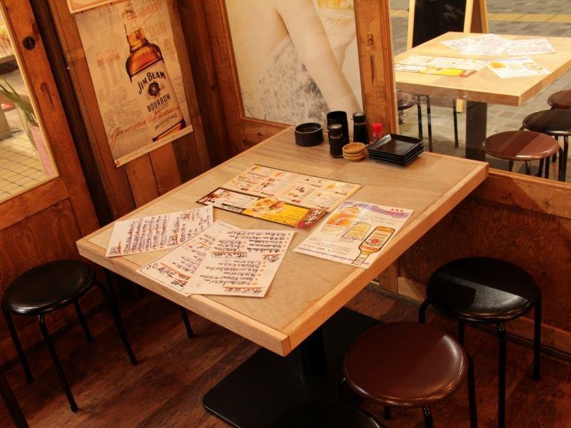 2名からご利用いただけるテーブル席も2卓ご用意しております。