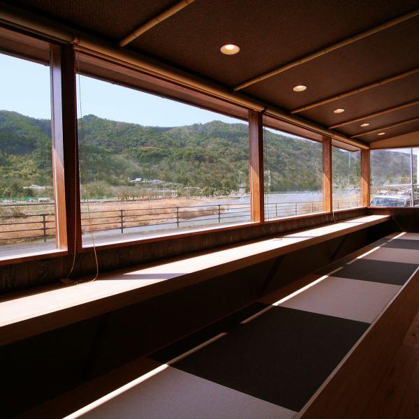 料理を楽しみながら四季の嵐山を臨む絶景スポット。京の都を五感で愉しんではいかがでしょうか。※混み合い状況により、お席がカウンターから座敷に変更になる場合がございます。ご了承下さい。