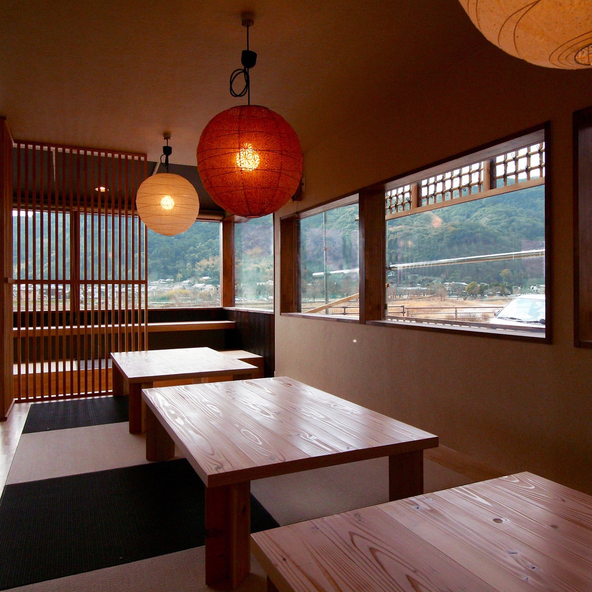 Three tables are available for the Zashiki.Changing the placement of the table is also possible, so please feel free to contact us.
