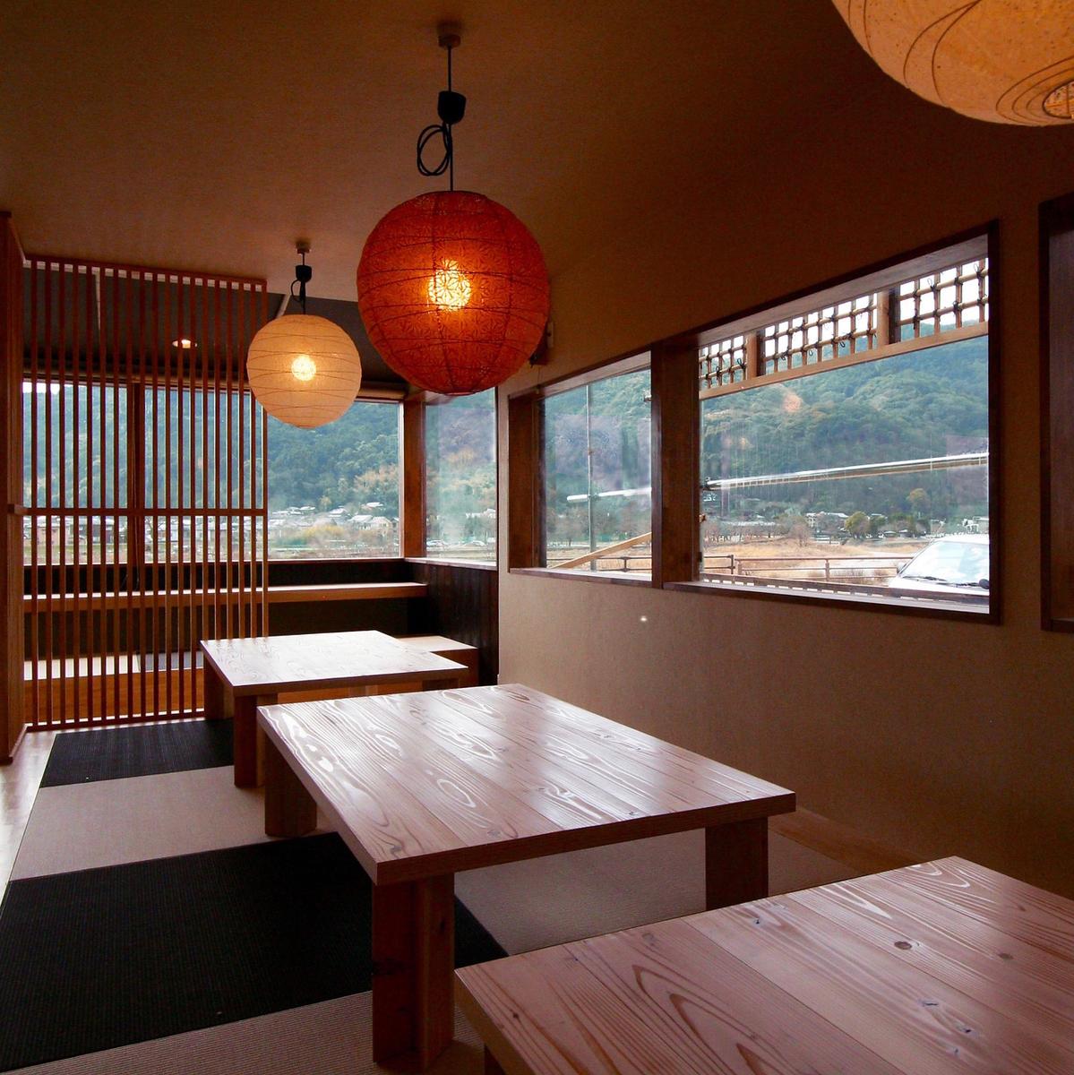 座敷は3テーブルご用意しております。テーブルの配置変更も可能ですので、お気軽にお問い合わせください。