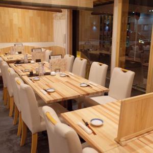 テーブル席を別角度で。少人数でのお食事はコチラへ。
