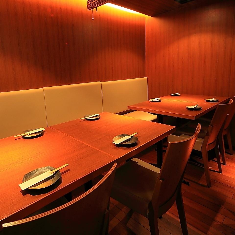 这是一个舒适的私人房间座位,非常适合小团体公司,生日派对和女孩协会。