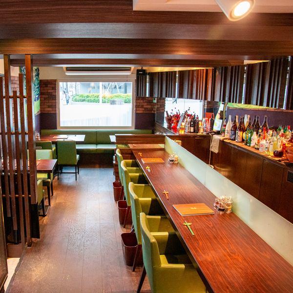 我們有一個可容納4人的櫃檯。在時尚的空間品嚐正宗的泰國美食。午餐和晚餐,歡迎您一個人入住。