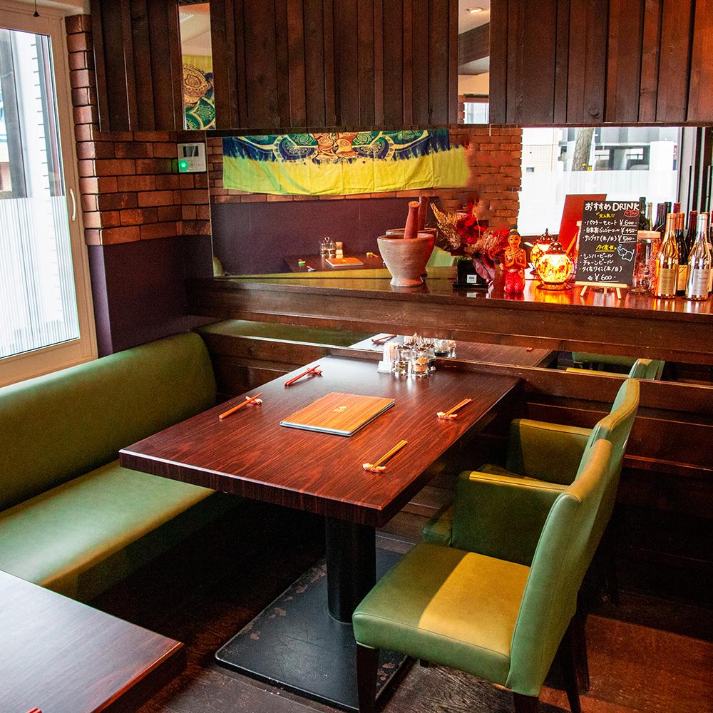 창가 4 명님의 테이블 석.친구 나 가족과 함께 점심이나 저녁 식사로 태국 요리를 즐기실 수 있습니다.