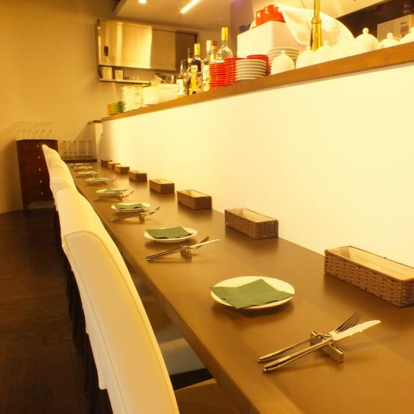 So we have the counter seats and 8 seats available, also available in such as one person and dating.In the other side of the counter seat chef was studying in Italy around will wield the arm ♪ by all means please come once.