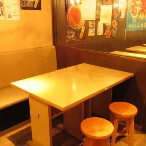 【豊富な席】2名席が12卓、4名席が3卓ございます。1グループ最大14席の統合も可能です♪様々な人数の食事会、宴会にご利用頂けます。また、ふらりと少人数でも、豊富な魚介をアテに入手困難な地酒を含む日本各地の地酒を楽しむのもおつかも?美味しい日本酒を皆様に味わって頂きたくグラス400円からご提供致します。