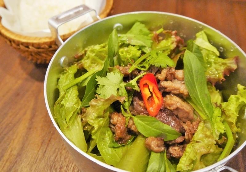 볶은 쇠고기와 베트남 허브 그린 샐러드