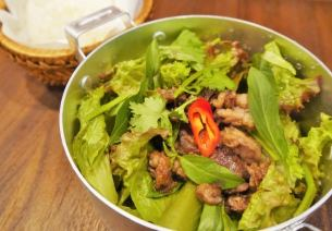 Green salad of fried beef and Vietnamese herbs