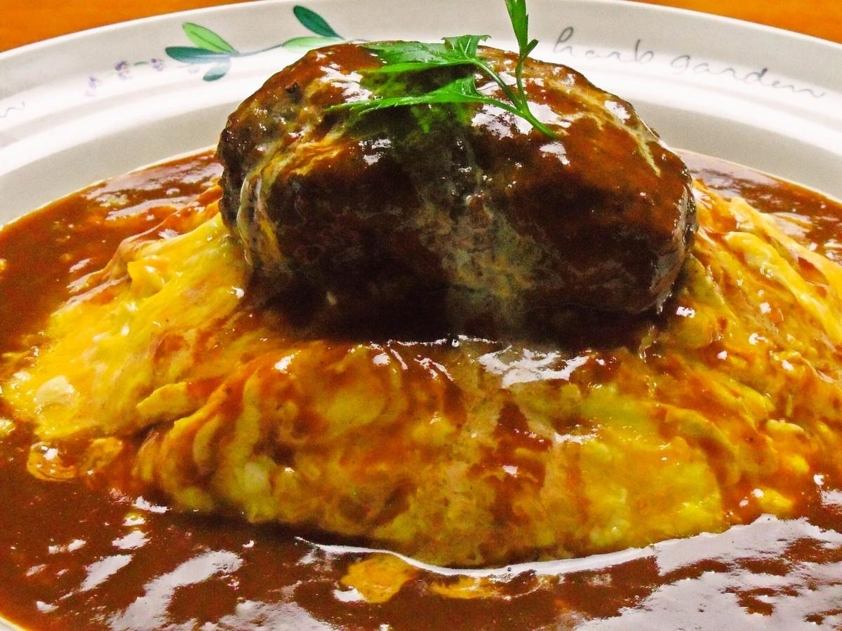 汉堡牛排配煎蛋卷饭板