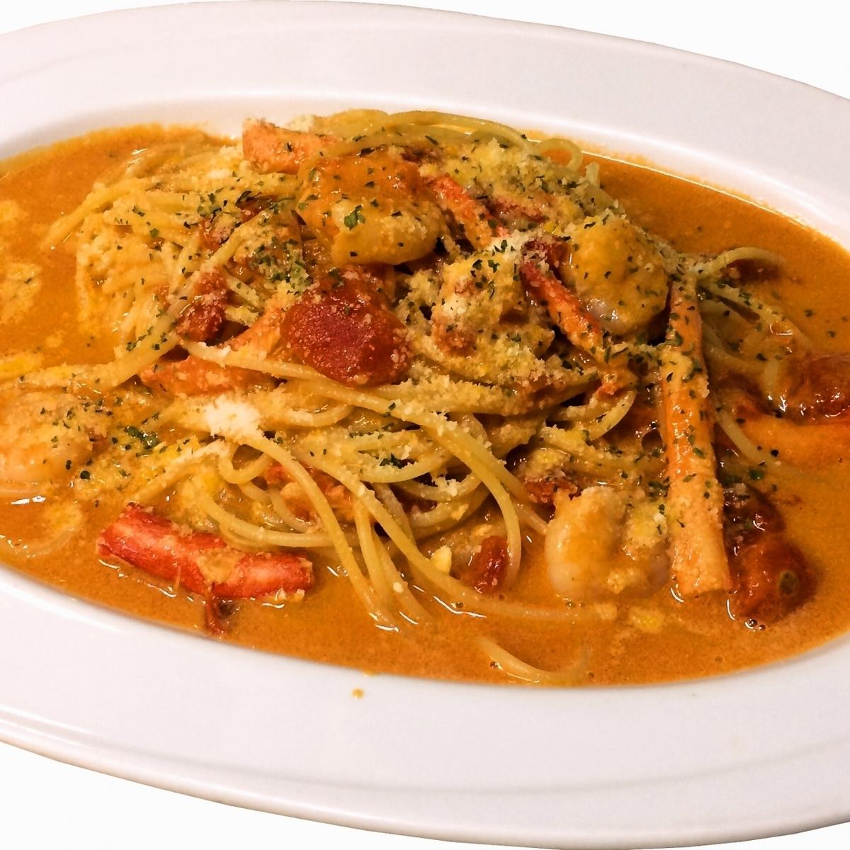 螃蟹和虾蕃茄奶油面团