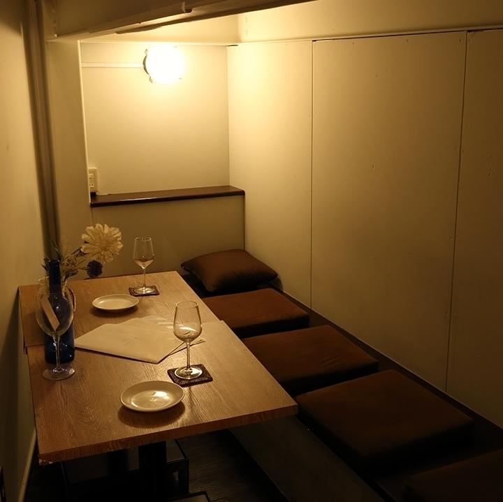 在私人房間的桌子座位,有2至5人可以使用的曬太陽的感覺。您可以在隱蔽的安靜私人房間享受約會,女孩協會,生日派對等。