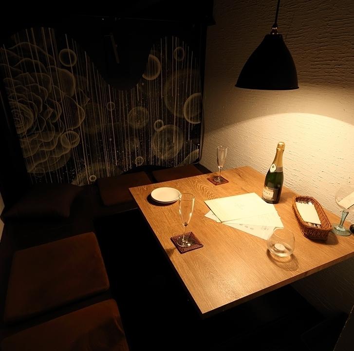 即使是小團體也可以舒適地坐在半個單人間,可供2至4人使用!這是一間餐廳半私人房間,適合約會和小女孩協會。您可以在自己的空間享用餐點和飲料,而無需擔心周圍環境。
