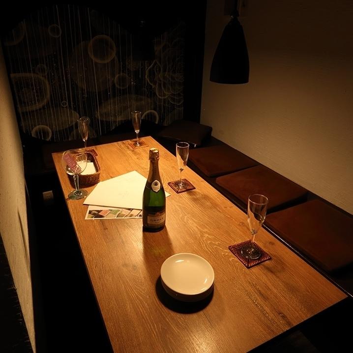 桌椅的一半可容納2至6人。在像成人藏身之處的氛圍中,你會感到興奮♪享受一個小團體的聚會,如女孩派對,工作夥伴的飲料派對,生日派對等半個單間。
