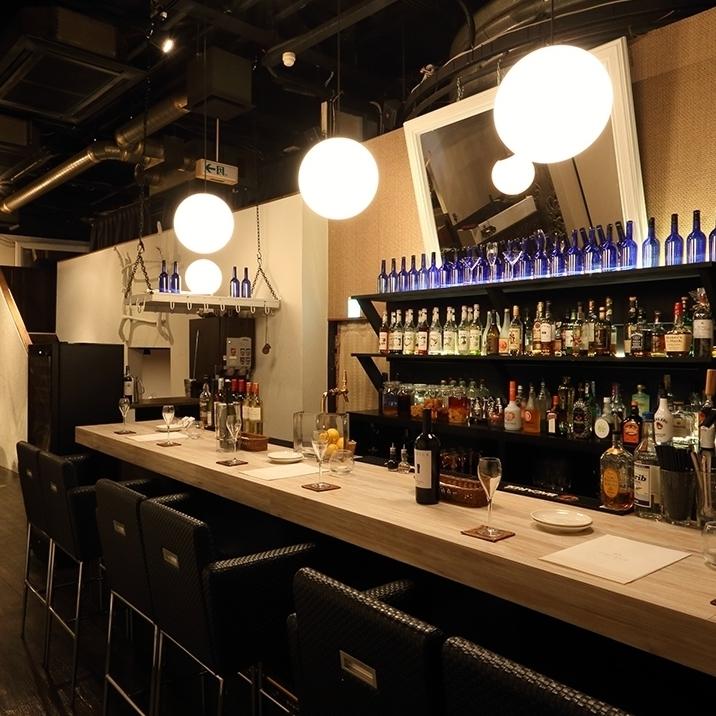 一個櫃檯座位,櫃檯上排列著幾瓶酒。在基於白色的清潔空間中,櫃檯寬闊,您可以輕鬆享用美食。請在各種場景中使用它,如約會,女孩社會,與朋友一起喝酒。