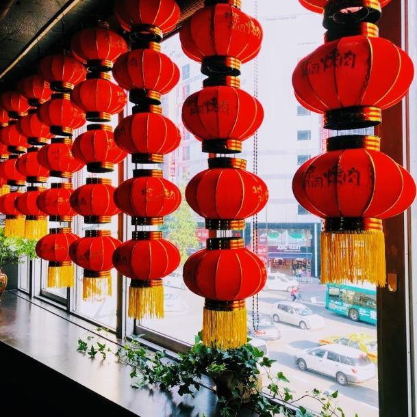 内観はまるで本場北京にいるよう♪小物一つ一つにこだわり有!!新感覚焼肉をぜひご堪能あれ♪あらゆるシーンにご利用いただけるお席・完全個室・VIPルーム完備!ご宴会・デート・接待・ファミリー でお越しください。