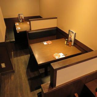 4名様用と2名様用BOX席。ご友人とのお集まりや、帰りにちょっと一杯に適したお席です。お席のみのご予約も承っております。人気ですのでご予約はお早めに!