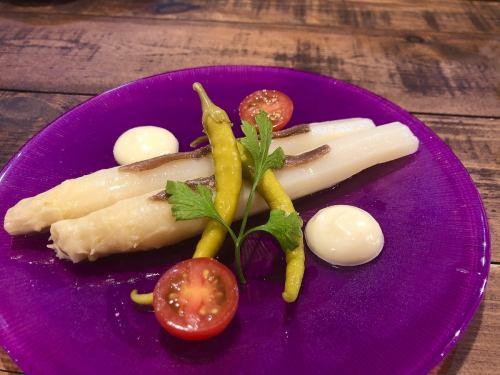 肉厚のホワイトアスパラガスを丸ごと楽しめるメニュー♪『ナバラ産ホワイトアスパラガスのサラダ』
