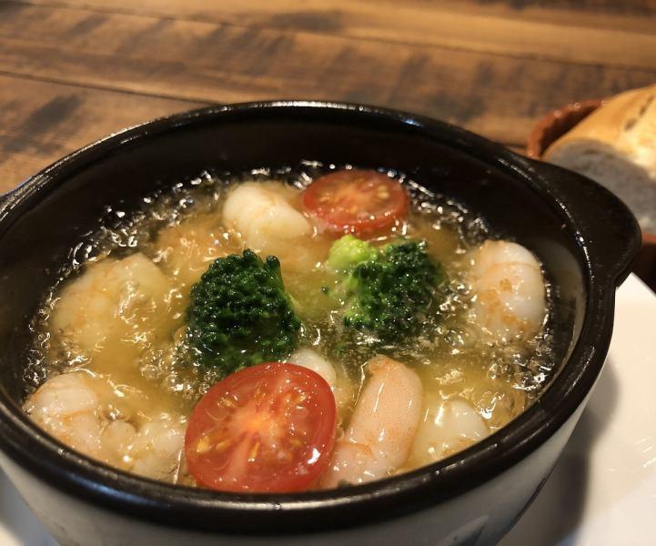 海老とニンニクとオリーブオイルのシンプルな陶板焼き 『海老のアヒージョ』