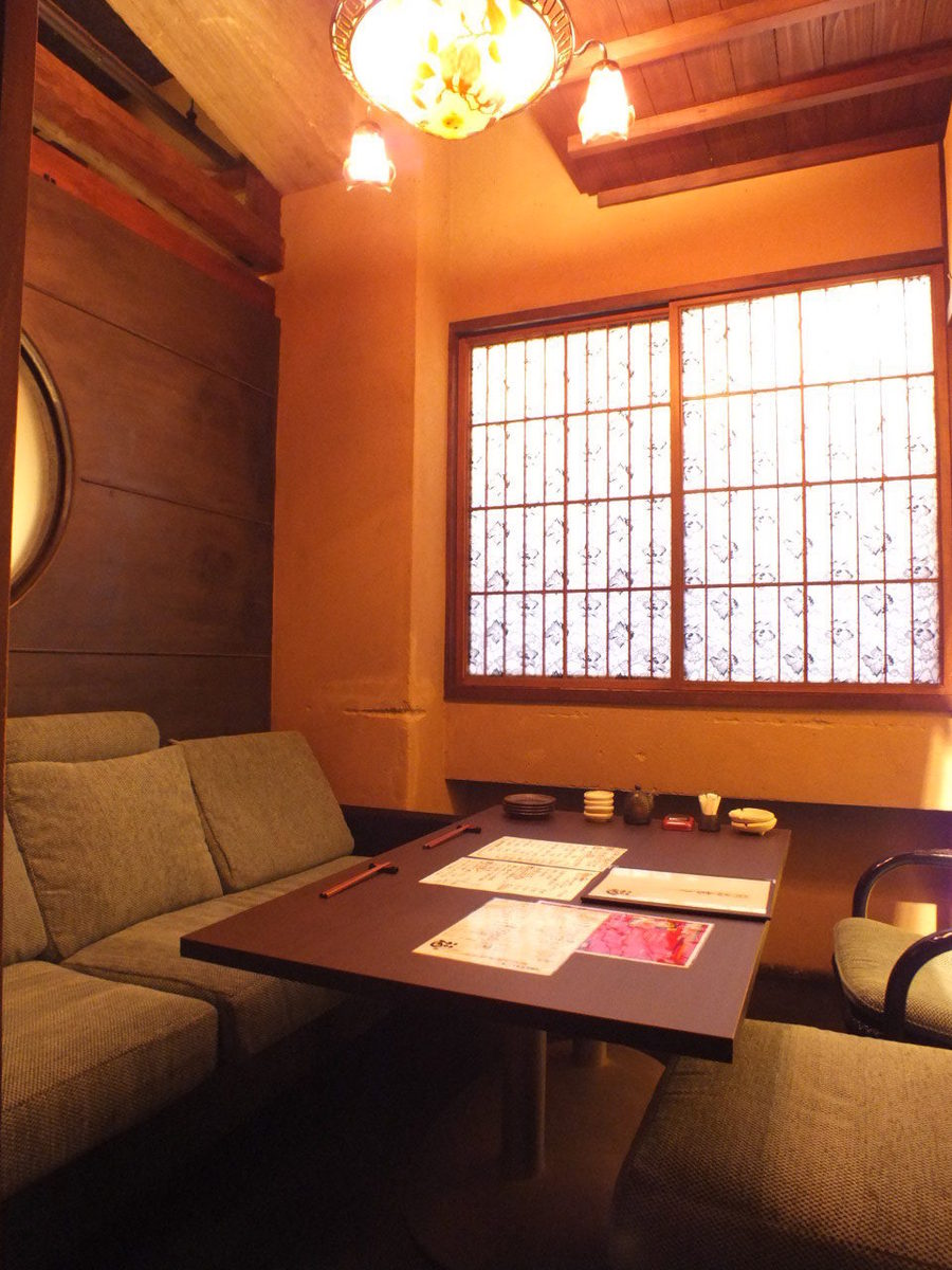 It is a couple seat.It is a private room with a calm atmosphere.