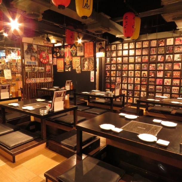昭和レトロな雰囲気の店内はまさに異空間。店内一面にディスプレイされたアイテムの数々は圧巻。懐かしいポスターやアイテムに囲まれて少しばかりのタイムスリップはいかが?!