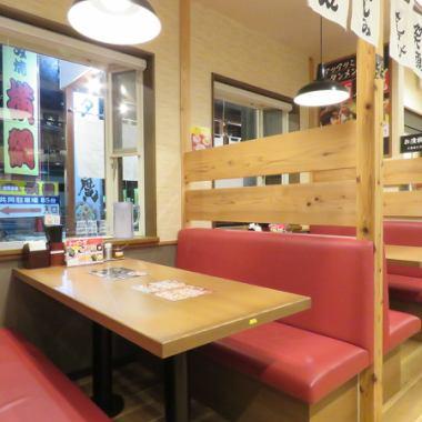テーブル席は多数ご用意。少人数から大人数まで幅広くごたいおうさせていただきます!ぜひお友達やご家族を連れてお越しください!