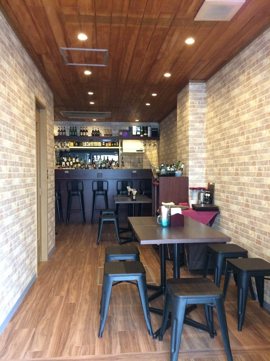 The inside of the store is stylish, with 7 tables for 2 people and 5 seats for counter seats.The table is movable and we accept charter for up to 12 people.Please contact us freely, such as the number of people and your budget.