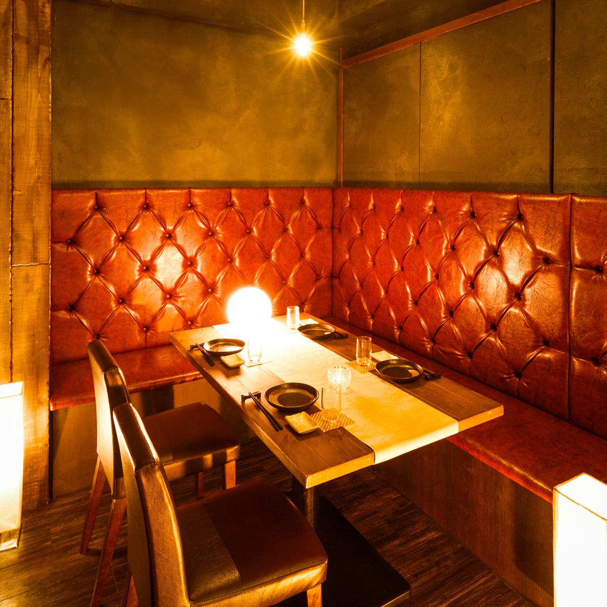【Applicable to 2 ~ 20 people】 It is a seat of one side sofa that everyone can align side by side, dining and drinking with the taste of the tavern atmosphere, the standard seat of our shop.