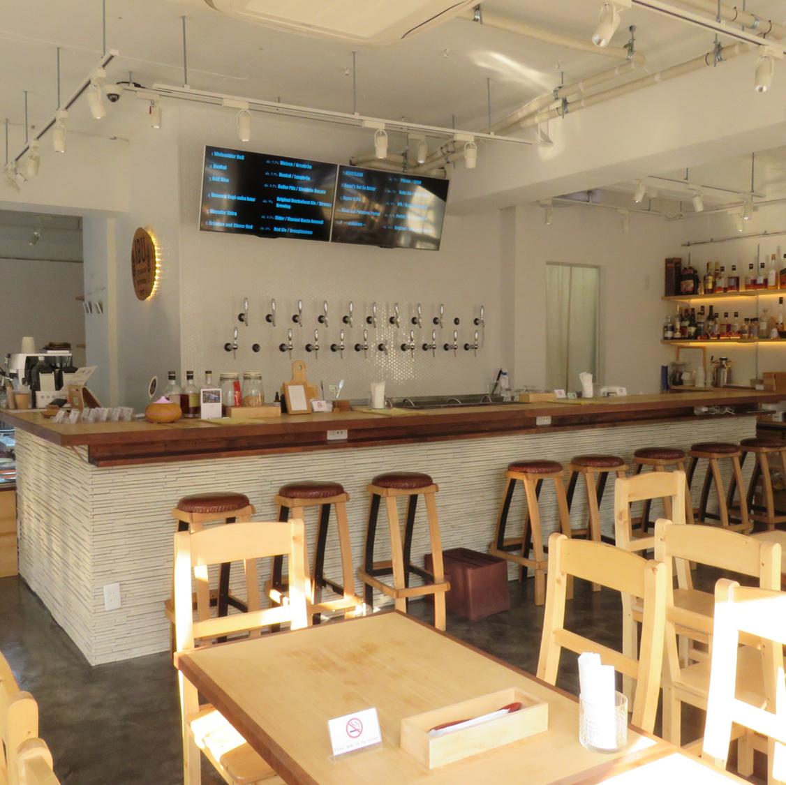 可容纳4人的桌椅。您可以在柔和的间接照明中平静地享用美食!