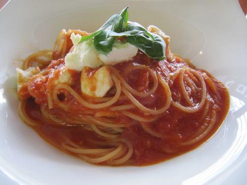 モッツァレラチーズとトマトソースのパスタ