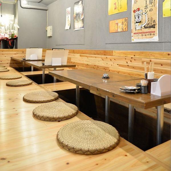 【各種ご宴会に♪】区切られたテーブル席はプライベート利用はもちろん、少人数~大人数の宴会にも最適です。4名テーブル、6名テーブルを人数に応じてご利用頂けます!!30名様まで利用可能な掘りごたつ席。会社宴会に◎(久茂地 居酒屋 飲み放題 炉端焼き)