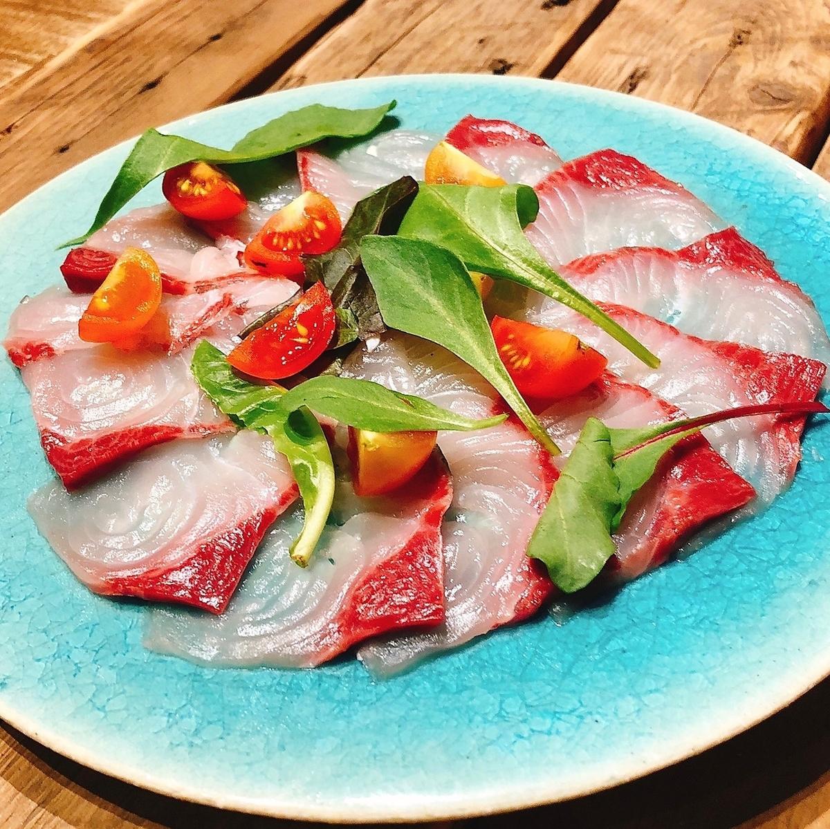 市場で仕入れた鮮魚のカルパッチョ