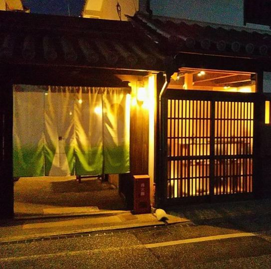 Cooking dishes and local sake to taste in the shop owner's stands ... and time of talking