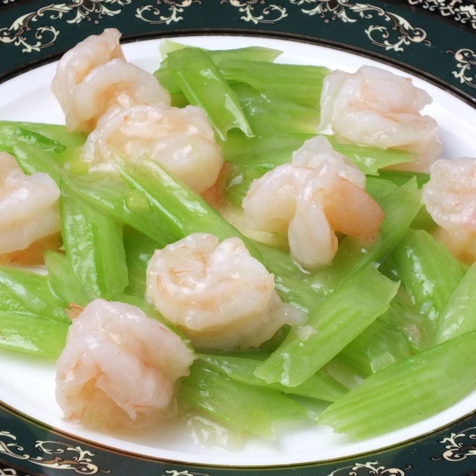 用盐腌制的炒虾和芹菜