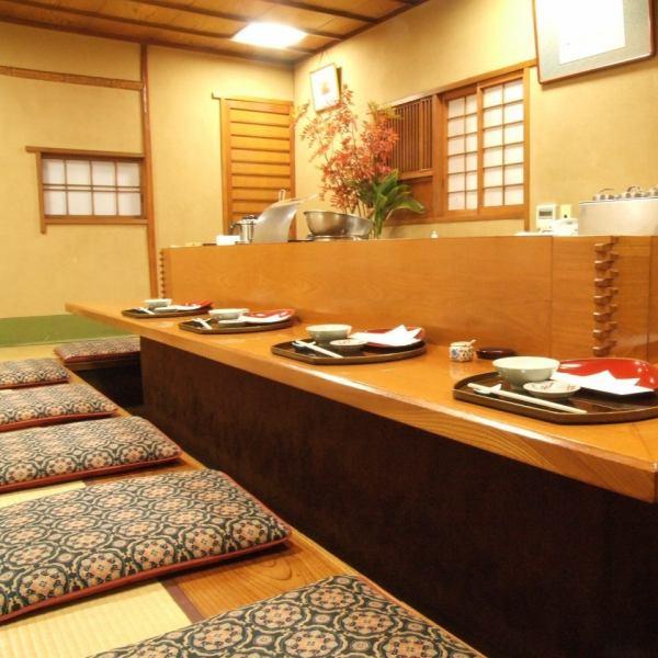 【少人数個室】5名様~11名様まで収容可能。カウンターから揚げたての天ぷらをご提供いただけます。結婚式の二次会やご接待にも人気のお部屋です。掘りごたつなのでゆったりとおくつろぎいただけます。